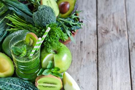 Smoothie de desintoxicación verde con verduras crudas y frutas. Fondo copyspace. Foto de archivo - 38625915