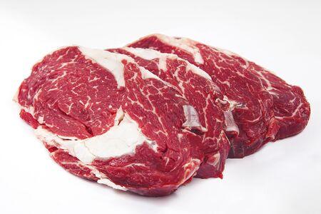 Steak de boeuf cru frais sur fond en bois. Rôti de bœuf. Banque d'images