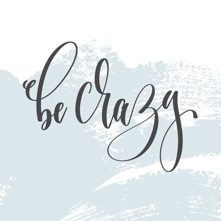 Seien Sie verrückt - Handbeschriftungsinschrifttext auf hellblauem Pinselstrichhintergrund, Kalligraphievektorillustration Vektorgrafik
