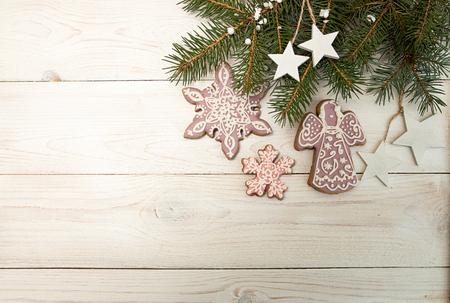 인사말 카드와 장식 진저 쿠키 눈송이, 흰색 나무 배경에 전나무 트리의 분기. 크리스마스 새 해 휴일 배경 오버 헤드입니다. 평면도. 공간 복사 스톡 콘텐츠