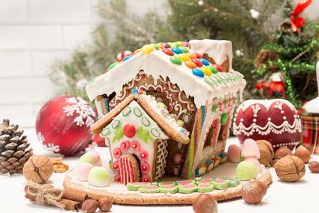 Maison de pain d'épice. Bonbons de vacances de Noël. Traditions européennes de vacances de Noël. Maison de Noël pain d'épice et décorations de vacances. Copiez l'espace. Banque d'images - 90459098