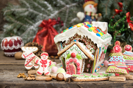Gingerbread house. Christmas holiday sweets. European Christmas holiday traditions. Christmas gingerbread house and holiday decorations. Copy space. Foto de archivo