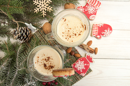 Eggnog,winter Christmas traditional hot drink with milk, eggs, rum. Christmass New Year decoration with gingerbread cookies. Top view. Copy space. Foto de archivo