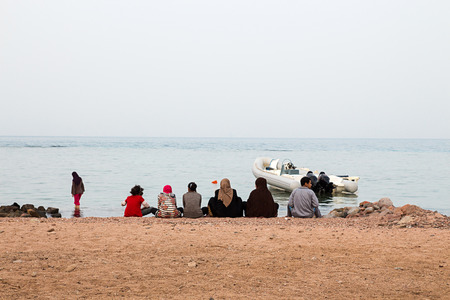 Bedouin familiy on beach Dahab, Sinai, Egypt. Traditional bedouin lifestyle, clothes. Fishing in Red Sea. Stockfoto