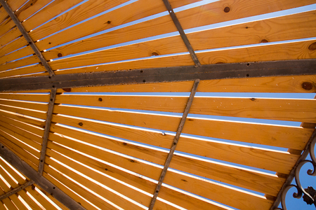 Blue sky through the wooden sunshade. Stockfoto