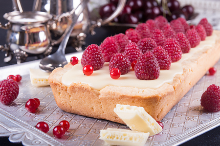Tarte shortcake with mascarpone, white chocolate and cream served with fresh raspberries and red currant. 版權商用圖片