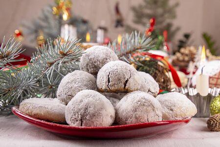 Boules de neige au chocolat aux amandes traditionnelles de Noël biscuits biscuits recouverts de poudre de sucre glace. Gâteaux de thé russes, biscuits de mariage mexicains, boules de beurre. Décorations d'ornement de fête de Noël Nouvel An. Banque d'images