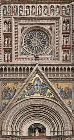 rose window: Rosone e la decorazione della facciata del Duomo di Orvieto (Cattedrale di Orvieto), Umbria, Italia  Archivio Fotografico