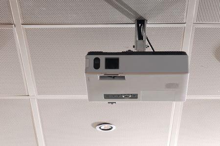 mounted: Gemonteerde projector op conferentiezaal.