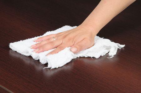 пыль: Housekeeper shinning table.