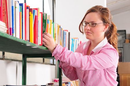 schoolkid search: Muchacha en una biblioteca.