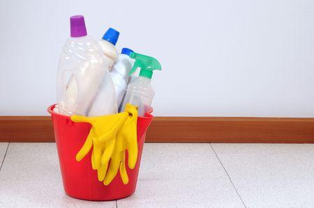schoonmaakartikelen: Schoonmaak producten in een emmer.