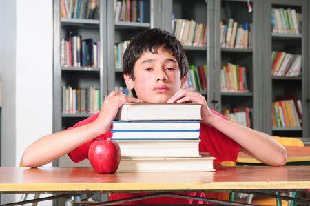 Étudiant dans une bibliothèque.