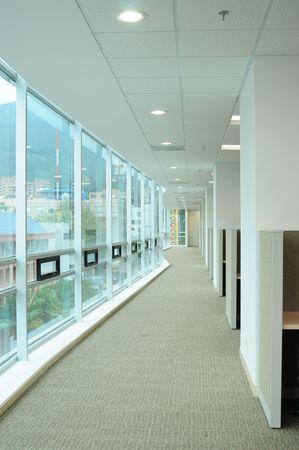 postazione lavoro: Lungo corridoio contro gli uffici.  Archivio Fotografico