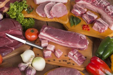 carne cruda: La carne cruda fresca y carne de cerdo en una mesa