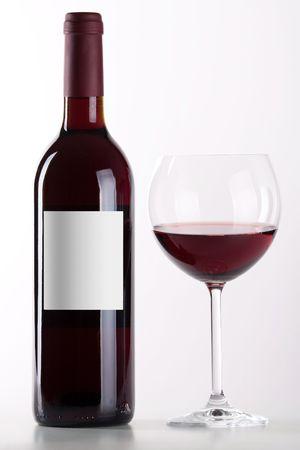 botella de licor: Botella y vaso de vino tinto aislado sobre fondo blanco