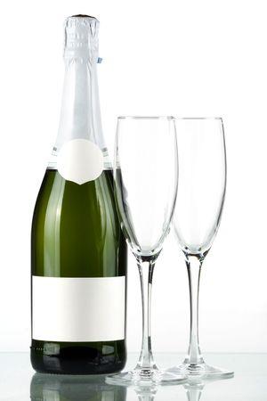 botella champagne: Botella de champagne con etiqueta en blanco y con dos vasos vac�os Foto de archivo