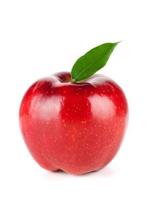 apfel: Eine reife Red Apple With Leaf isoliert auf weißem Hintergrund Lizenzfreie Bilder