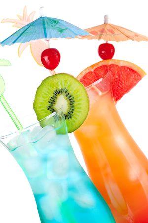 Dos cócteles de alcohol tropicales aisladas sobre fondo blanco  Foto de archivo - 6034403