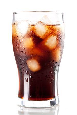 Frische Cold-Cola mit Eis in Glas isoliert auf weißem Hintergrund