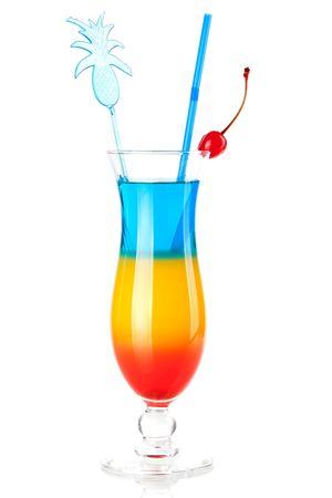 rainbow cocktail: Colecci�n c�ctel - tres capas c�ctel tropical con decoraci�n de pi�a. Aislados en fondo blanco
