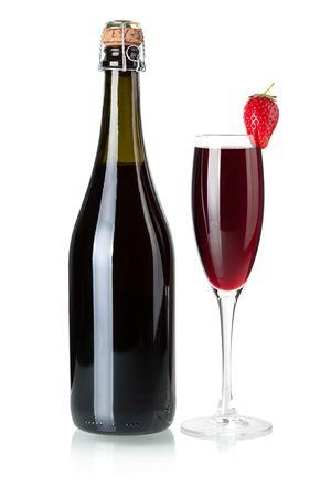 botella champa�a: Colecci�n de vino - Strawberry botella de champagne y vidrio. Aislados en fondo blanco