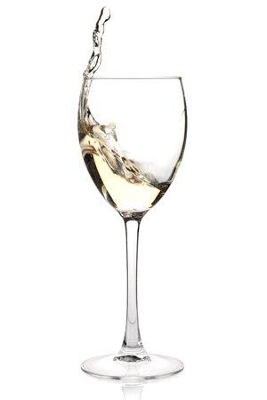 wine pouring: Insieme di vino - vino spruzzi bianco in un bicchiere. Isolato su sfondo bianco