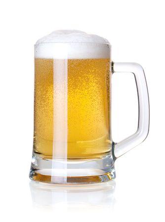 schwarzbier: Beer Auflistung - Cold Lagerbier in Glas. Isoliert auf wei�em Hintergrund