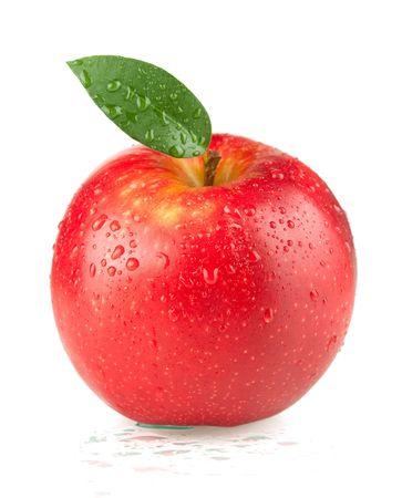 appel water: Een rijpe rode appel met groene bladeren en water druppels. Geïsoleerd op een witte achtergrond.  Stockfoto