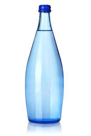 acqua di seltz: Bottiglia di vetro di soda. Isolato su sfondo bianco