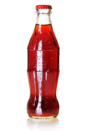 frisdrank: Fles voor koude cola met water druppels. Op wit wordt geïsoleerd  Stockfoto
