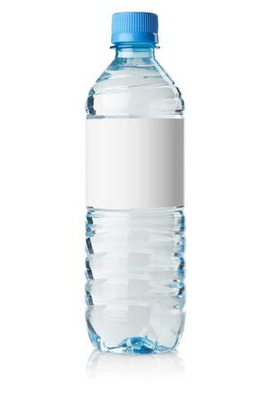 agua: Botella de agua de soda con etiqueta en blanco. Aislados en blanco  Foto de archivo