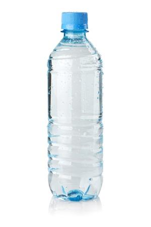 agua purificada: Botella de agua de soda con gotas. Aislados en fondo blanco  Foto de archivo