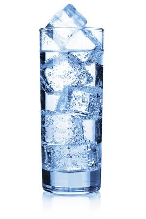 condensación: Agua con cubos de hielo. Aislados en blanco
