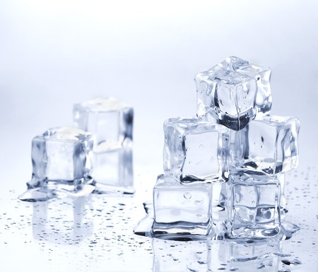 melting ice: Fusi�n de cubos de hielo sobre la mesa de vidrio  Foto de archivo