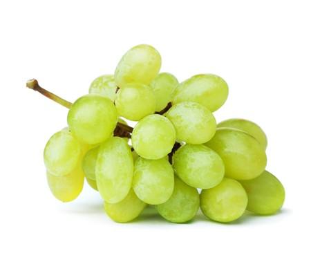 Świeże zielone winogrona. Na białym tle