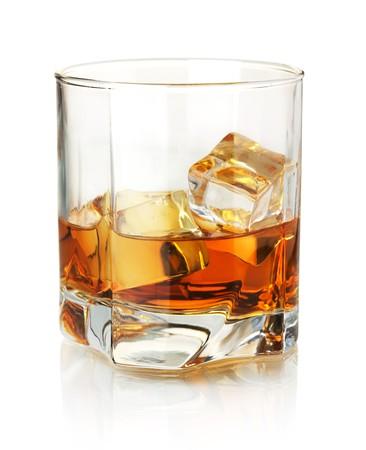 whisky: Verre de whisky. Isol� sur fond blanc avec r�flexion