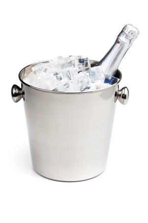 Botella de Champagne en cubo de hielo. Aislados en blanco