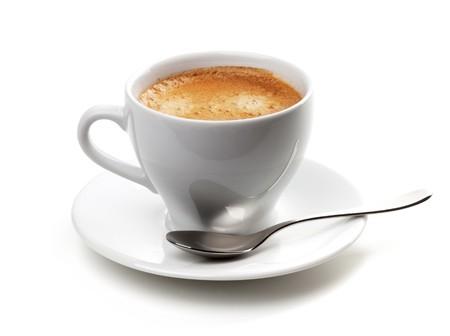 capuchino: Taza de Cappuccino con cuchara de plata. Aislados en fondo blanco