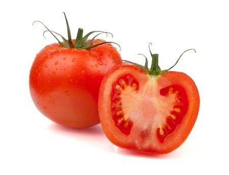 Tomates fraîches avec des gouttes d'eau. Isolé sur fond blanc