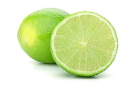 lima limon: Su conjunto y la mitad de cal. Aislados en fondo blanco