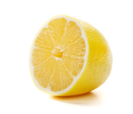 La moitié de la maturité de citron. Isolé sur fond blanc Banque d'images