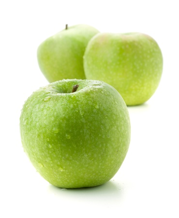 manzana verde: Tres manzanas maduras. Aislados en blanco