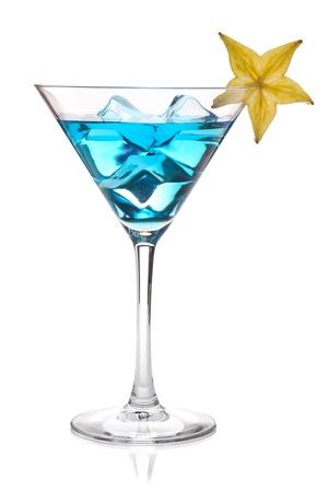 copa de martini: C�ctel azul con carambola en vaso de martini. Aislados en blanco