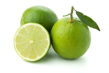 lima limon: Limes maduras con hoja verde. Aislados en blanco