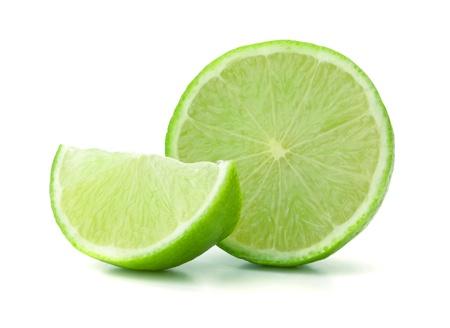 레몬: 잘 익은 신선한 라임. 흰색 배경에 고립