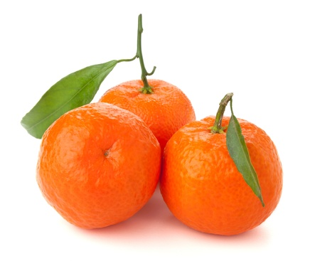 Drie rijpe mandarijnen met bladeren. Geïsoleerd op wit Stockfoto