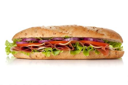 bollos: S�ndwich de largo con jam�n, queso, tomate, cebolla roja y lechuga. Aislados en blanco Foto de archivo