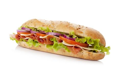 bocadillo: S�ndwich de largo con jam�n, queso, tomate, cebolla roja y lechuga. Aislados en blanco Foto de archivo