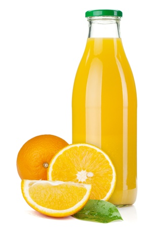 tomando jugo: Botella de vidrio de jugo de naranja y naranjas. Aislados en fondo blanco